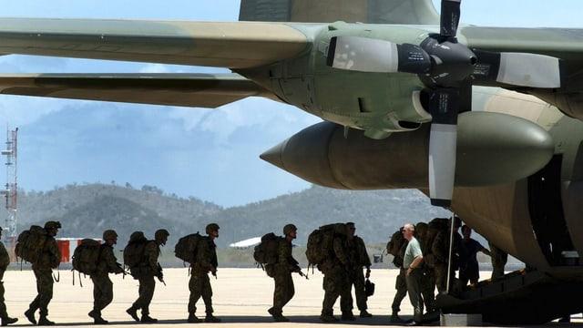 Australisch Soldaten im Gegenlicht fotografiert besteigen ein Transportflugzeug