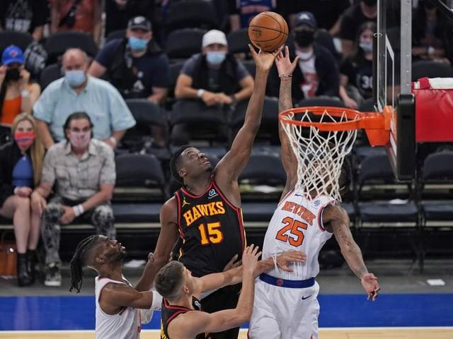 Clint Capela trug neben 9 Punkten 13 Rebounds zum Erfolg der Hawks bei.