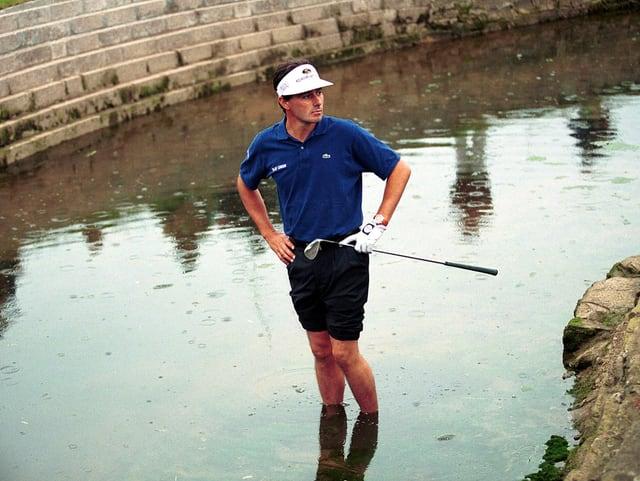 Jean van de Velde steht im Wasser.