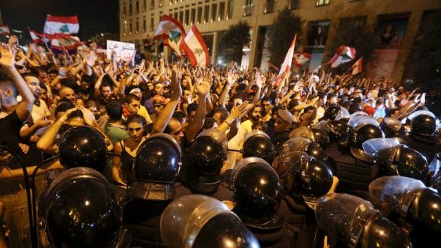 La polizia libanaisa ha empruvà da franar ils protestaders a Beirut.