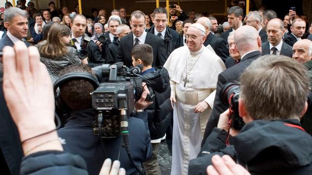 Ein schwieriger Fall für die Sicherheitsleute: Papst Franziskus mischte sich am Sonntag unters Volk.