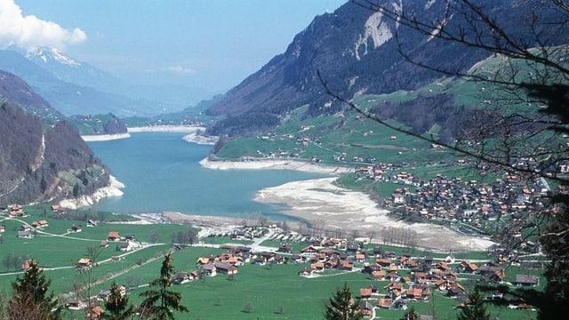 Das Dorf Lungern mit dem Dorfbach und dem Lungerer See im Hintergrund.