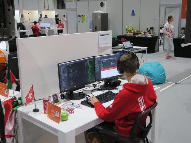 Junger Mann vor einem Computer
