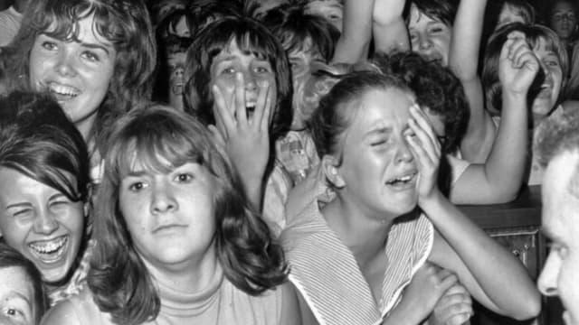 Ein schwarz-weiss Foto eines begeisterten Publikums
