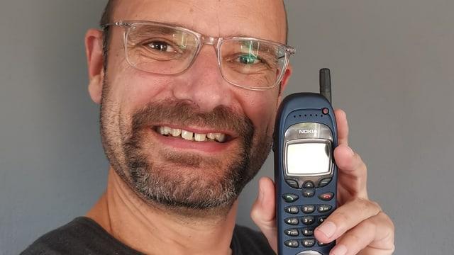 SRF Digitalredaktor Reto Widmer und sein Nokia 6150.