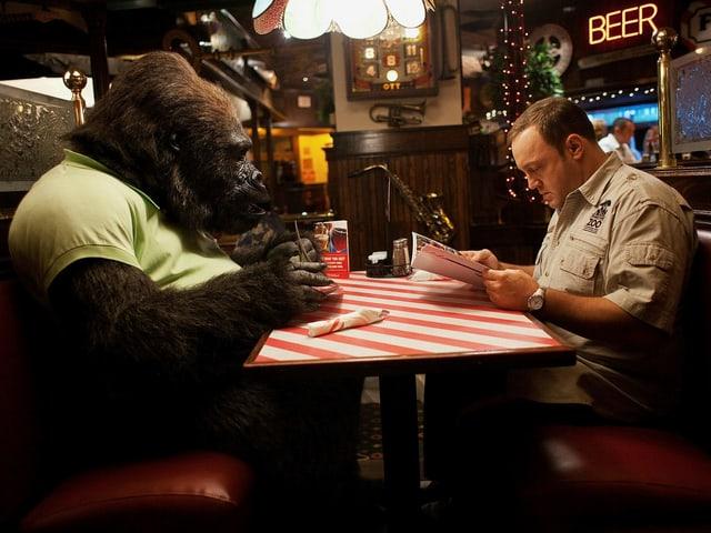 Kevin James unterhält sich in einer Bar mit einem Gorilla in Menschenkleidern