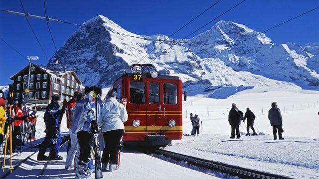 Bahn mit Passagiere vor dem Eiger und dem Mönch.