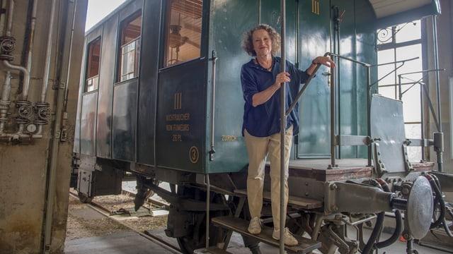 Frau auf altem Bahnwagen