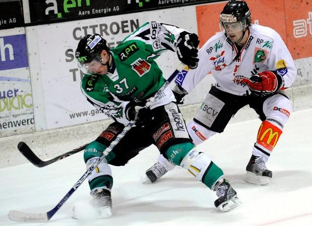 Remo Hirt in Aktion - er wird von einem Lausanne Spieler von hinten auf dem Eis bedrängt.