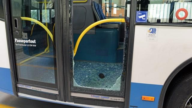 Eine zerstörte Tür eines Buses.