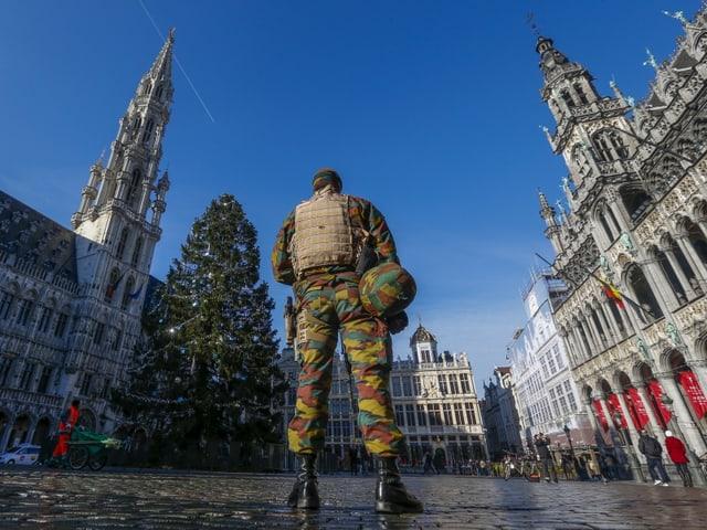 Soldat von hianten auf dem Grande Place in Brüssel, links und rechts historische Gebäude.