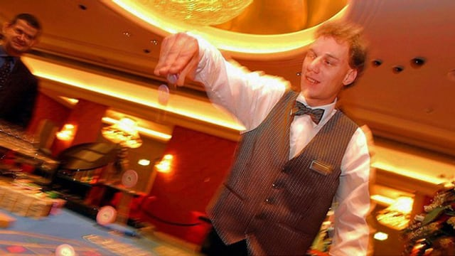 Ein Casino-Angestellter bei der Arbeit