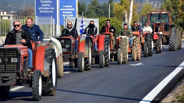 Eine Kolonne Traktoren
