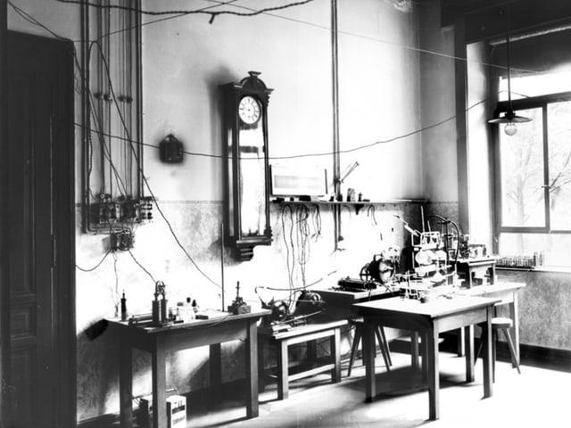 Historische Schwarzweissaufnahme eines mit Holztischen eingerichteten Labors.