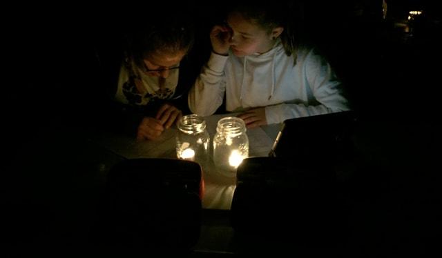 Rafzer Schüler lösen bei Kerzenschein einen Mathetest