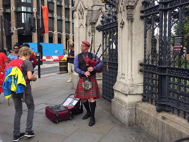 Ein Schotte spielt auf dem Dudelsack die Europahymne.