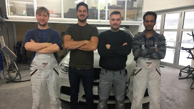 Antonio Tesfaghabir aus Eritrea (rechts) mit Team in der Autowerkstatt.