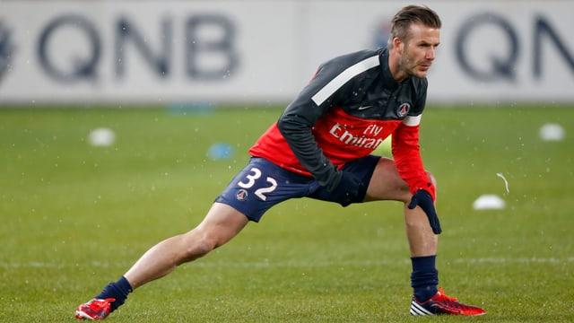 David Beckham mit leichtem Stretching vor Spielbeginn.