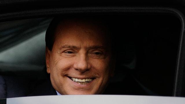 Silvio Berlusconi mira ord in auto.