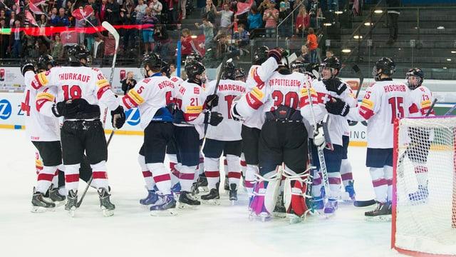 Giugaders da hockey svizzers celebreschan la victoria cunter la Russia.