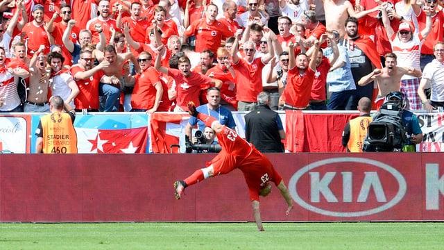 Shaqiri fa in salto davant ils fans.