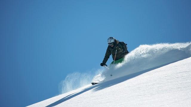 tschiel blau e davant in skiunz en la naiv entira