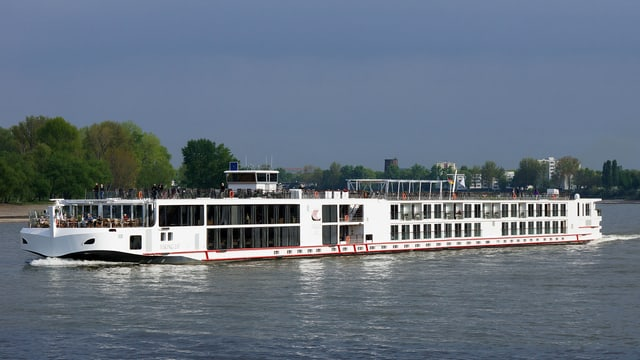 Ein Schiff der Viking-Klasse fährt auf dem Fluss.