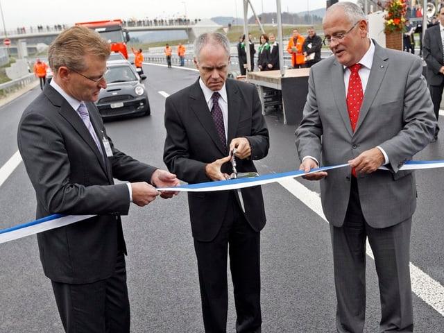 Bundesrat Moritz Leuenberger eröffnet am 13. November 2009 die Autobahn A4 durch das Knonaueramt.