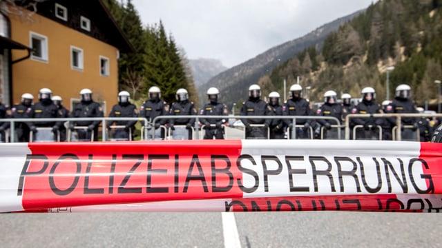 Polizia austriaca vid bloccar ina via (Polizeiabsperrung).