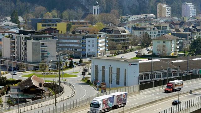 Blick auf die Autobahn und die Bahnlinie bei Stansstad