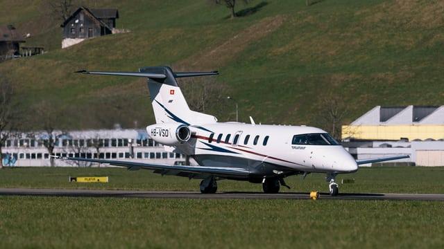 Ein Flugzeug auf einer Wiese.