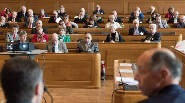 Auslandschweizer und Auslandschweizerinnen während ihrer ordentlichen Sitzung im Rathaus in Bern. (keystone)