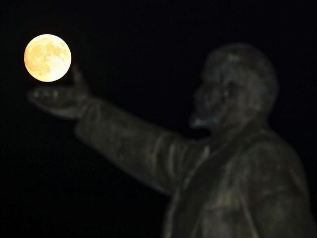 Lenin-Statue mit Supermond in Kasachstan.