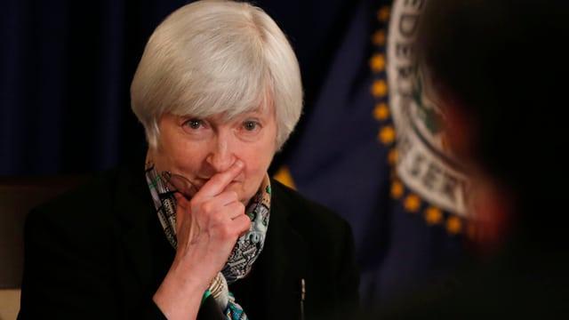 Die neue Notenbankchefin Janet Yellen hört sich eine Frage eines Journalisten an.