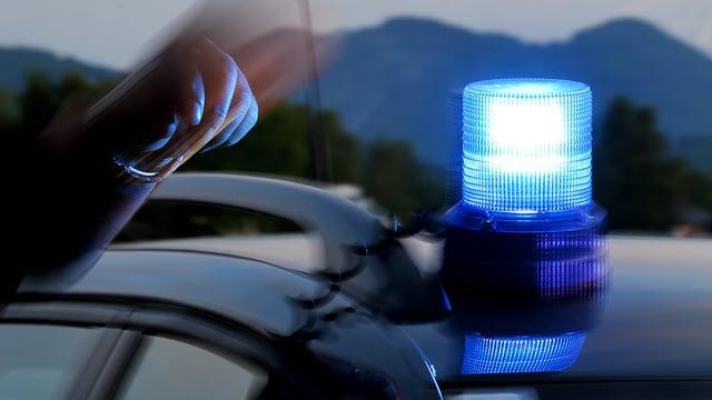 Auto mit Blaulicht auf Dach.