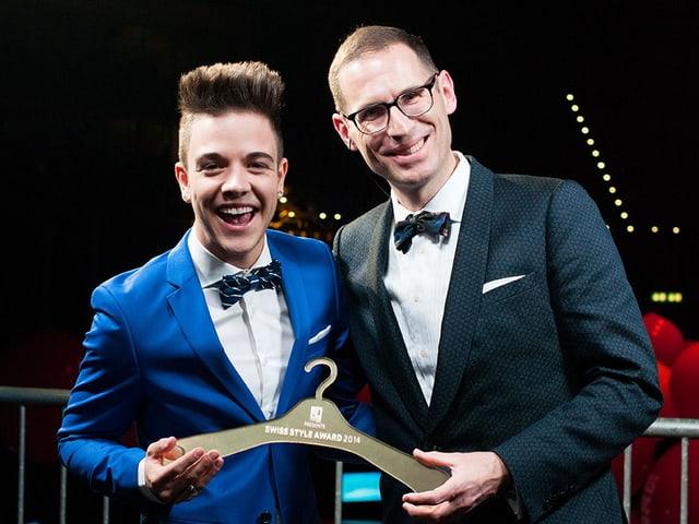 Stil-Sheriff Jeroen van Rooijen überreicht dem eindeutigen Gewinner Luca Hänni den goldenen Kleiderbügel.