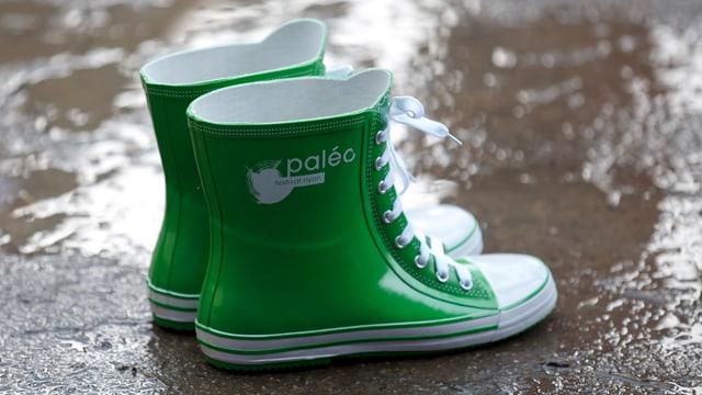 Grüne Gummistiefel im Regen.