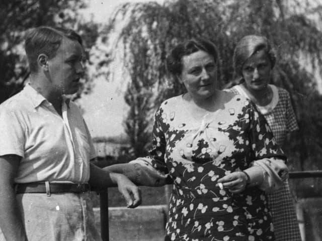 Drei Menschen im Garten