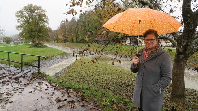 Die Alpnacher Bauvorsteherin Regula Gerig am Ufer der Kleinen Schliere.