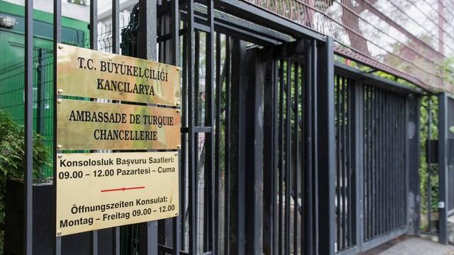 Entrada da l'ambassada tirca a Berna.