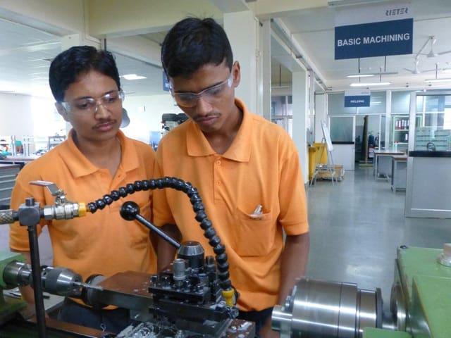 Zwei Lehrlinge in einer Werkstatt von Rieter in Indien.