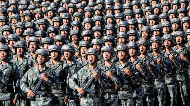 Chinesische Soldaten marschieren auf einer Trainingsbasis nahe der Mongolei (July 2017)