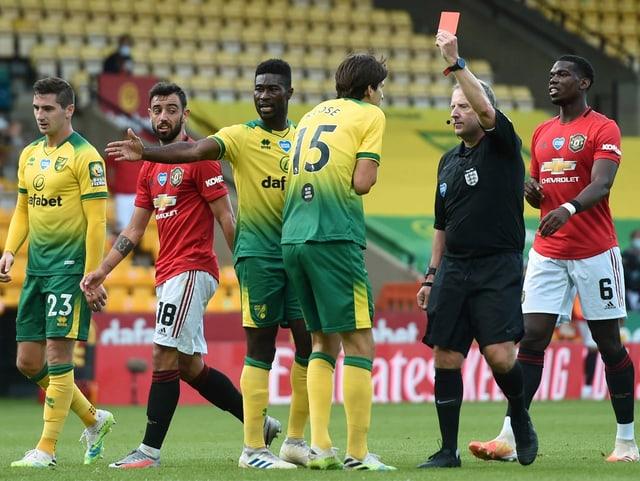 Timm Klose sieht im FA Cup gegen Manchester United kurz vor Schluss die rote Karte.