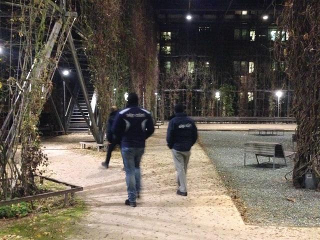 Zwei SIP-MItarbeiter im nächtlichen MFO-Park