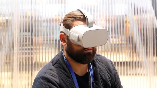 Nach wie vor werden VR Brillen wie grosse Taucherbrillen über die Augen gezogen.