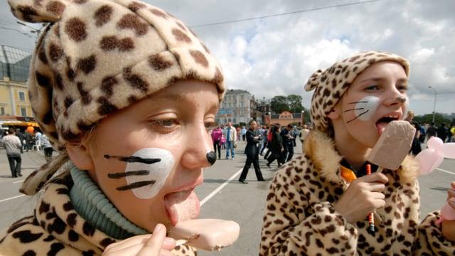 Kinder in Wladiwostok essen am Tag des Tigers Eiscreme.