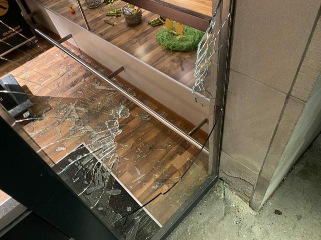 Ein zerbrochenes Schaufenster eines Geschäfts in der Innenstadt von St. Gallen