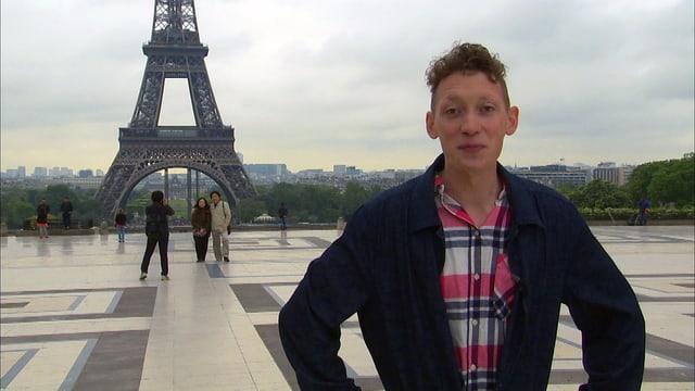 Moderator Jonas Modin steht auf einem Platz. Im Hintergrund sieht man den Eiffelturm