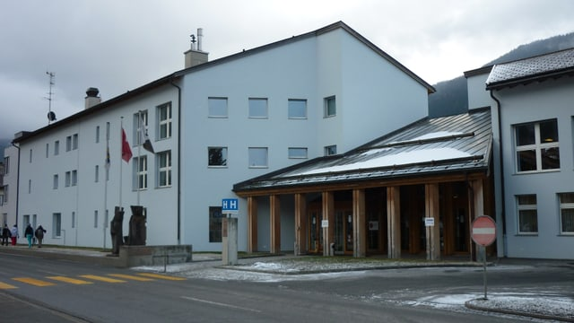 L'entrada da l'ospital a Savognin.