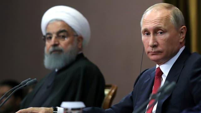 Rohani und Putin an einem Tisch.